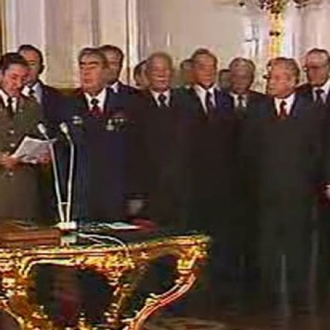 Вручение Леониду Брежневу  кубинского ордена «Плайя-Хирон»